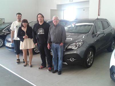 Carlos Soto y su familia con su Nuevo Mokka