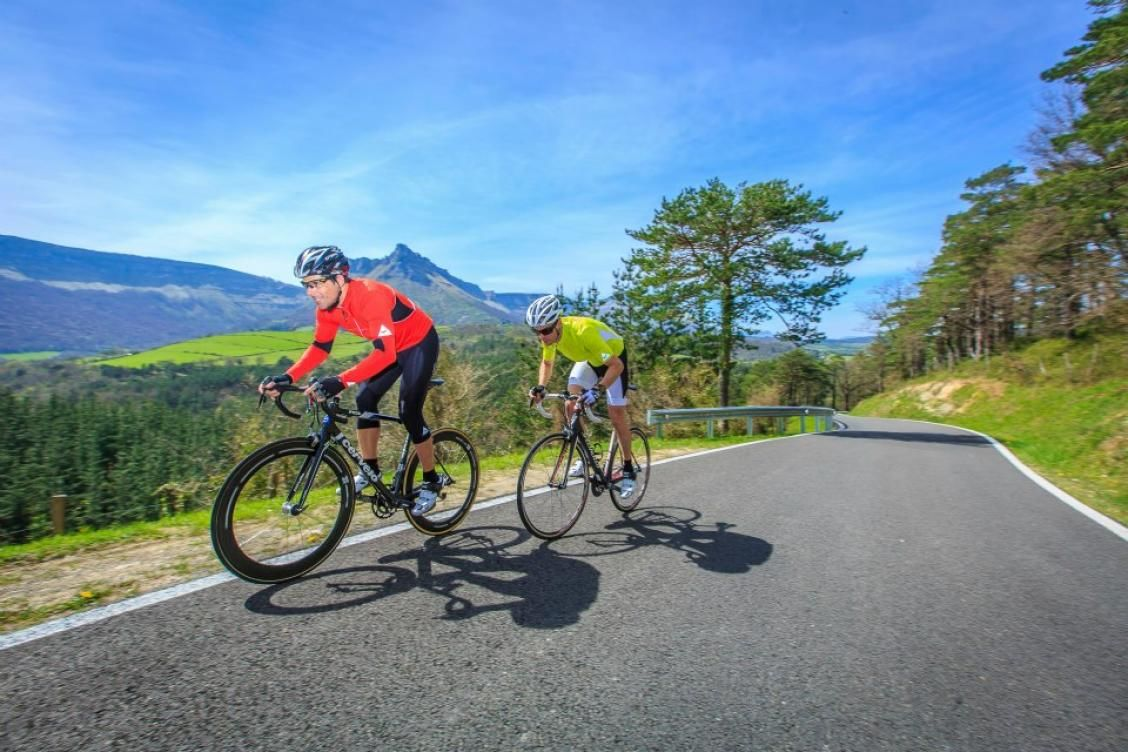 El 36% de los conductores adelanta mal a los ciclistas